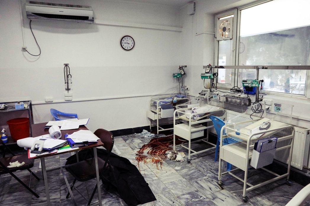 「無論是醫院、倖存者還是現場的政府官兵,都沒有辦法和趕來救人的親屬們解釋:院內眾...