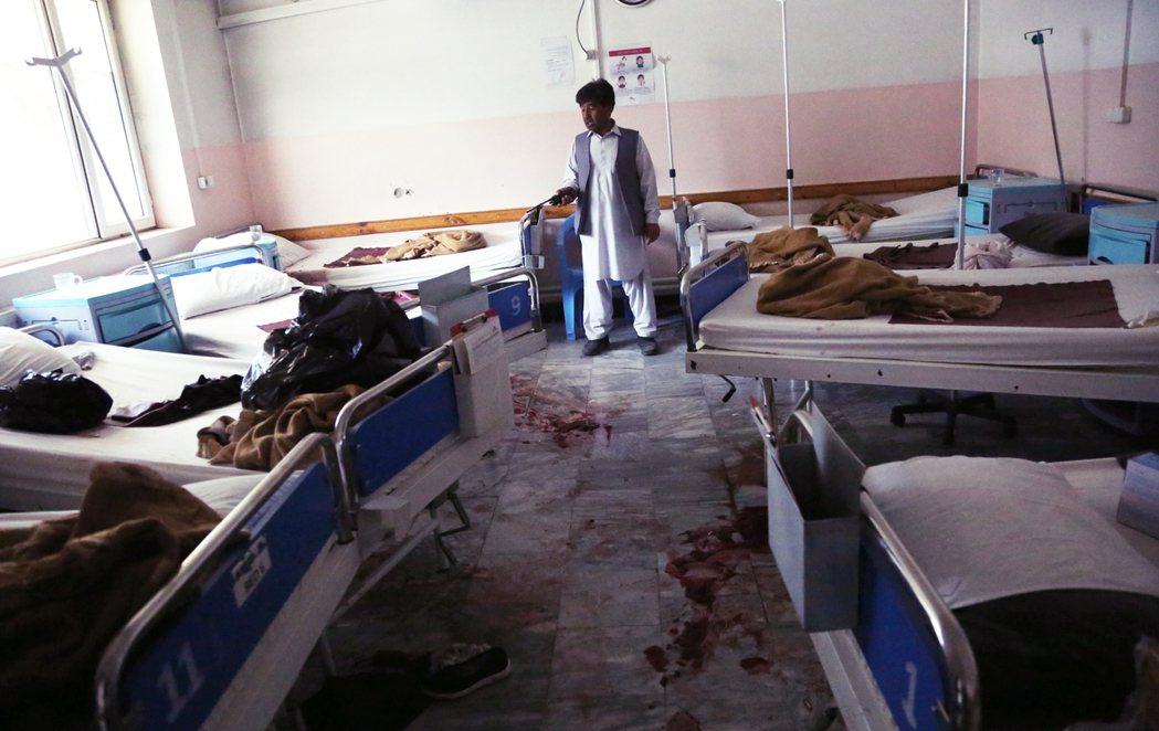 阿富汗首都喀布爾一間婦幼醫院,12日突然遭到3名恐怖份子突襲掃射,包括2名新生兒...
