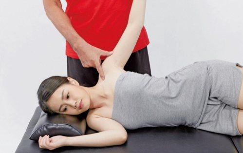 手臂疼痛:三角肌的按摩1。 圖/蘋果屋出版社提供
