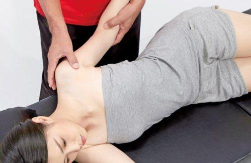 手臂疼痛:肱二頭肌的按摩1。 圖/蘋果屋出版社提供