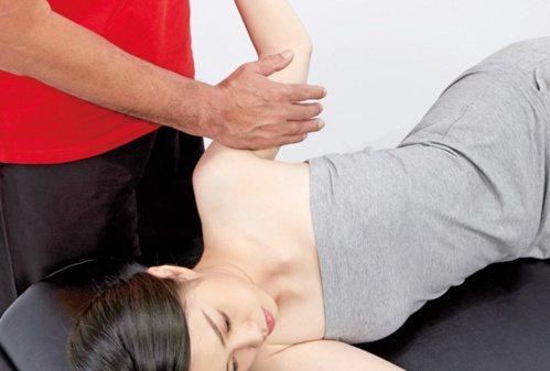 手臂疼痛:肱二頭肌的按摩3。 圖/蘋果屋出版社提供