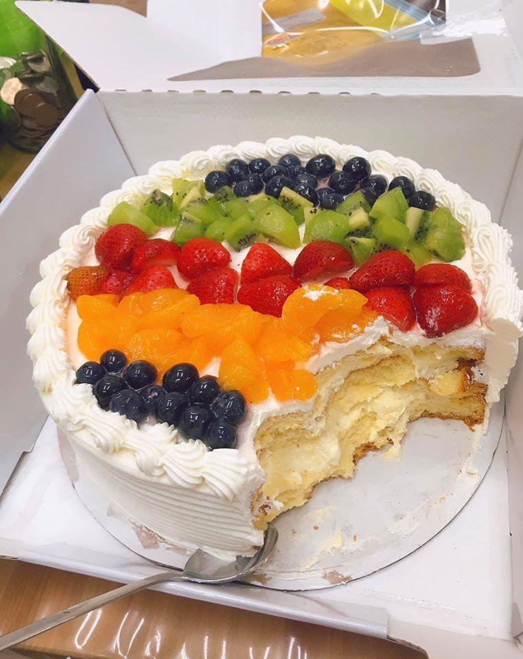 網友分享的好市多蛋糕上鋪滿水果。圖擷自FB社團「Costco好市多 商品經驗老實說」
