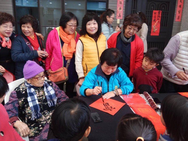台中市議員張瀞分77歲,全身充滿元氣,她寫行草練字,安心靜氣降血壓。 圖/張瀞分...
