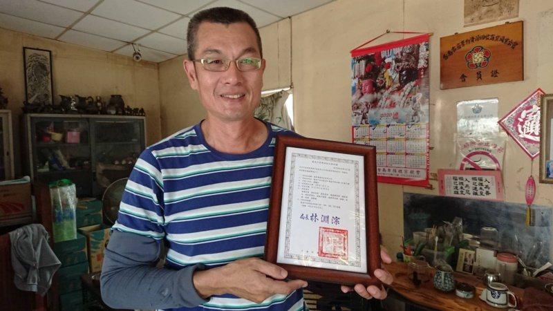台南市資源回收商顏慶和辛苦了20多年,去年拿到台南第一張資源回收站登記證。 圖/...