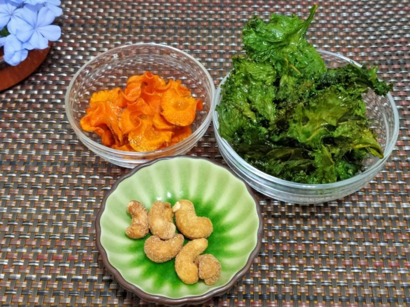 「護眼天菜佐腰果」就是烤同十字花科蔬菜的羽衣甘藍、胡蘿蔔,因兩者富含維生素A、C...