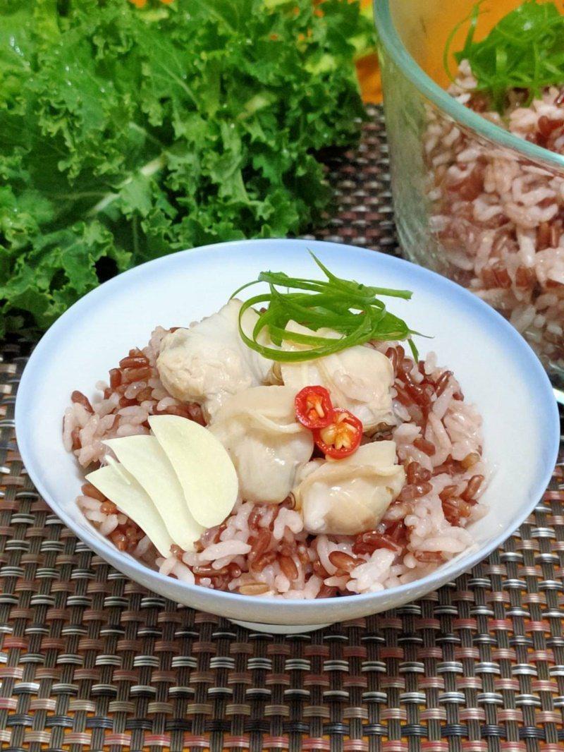 「蒜香蛤蠣紅米炊飯」,紅米含鐵、鋅,蛤蠣則含維生素C及鐵、鋅,鋅和維生素C均參與...