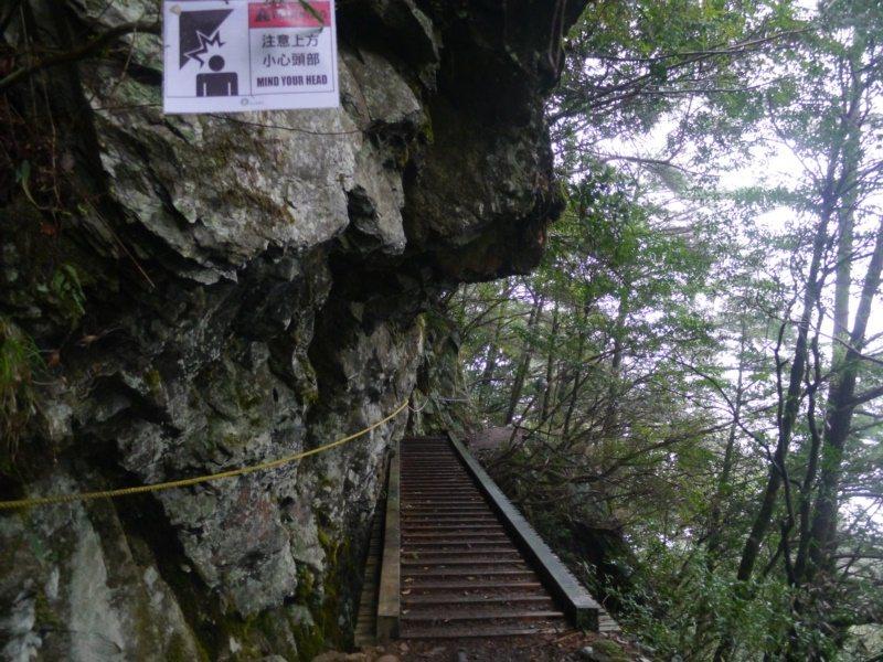 中之關古道適合休閒健行,不過沿途有多處木棧道穿越懸空峭壁,必須緩步行進。 圖/徐...