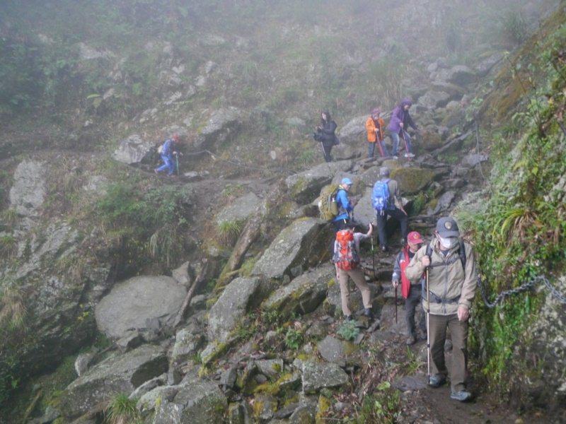 南橫山區歷經多次颱風侵襲,此處崩壁是中之關古道內最危險的路段。 圖/徐白櫻 攝影
