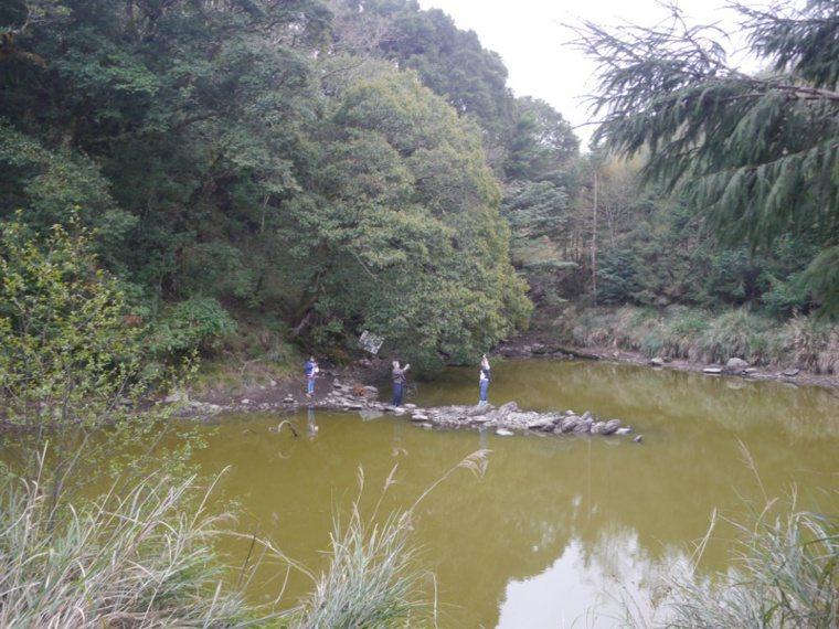 中之關古道的盡頭就是天池,這處高山湖泊水質終年混濁不清。 圖/徐白櫻 攝影