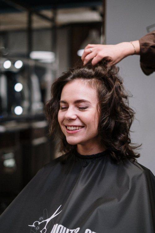 染髮前,注意周圍肌膚的防護,才不會因化學染劑遭到傷害。 圖/摘自 pexels