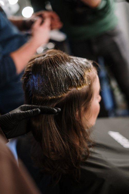 染髮周期性長的人,建議可以使用植物染劑。 圖/摘自 pexels