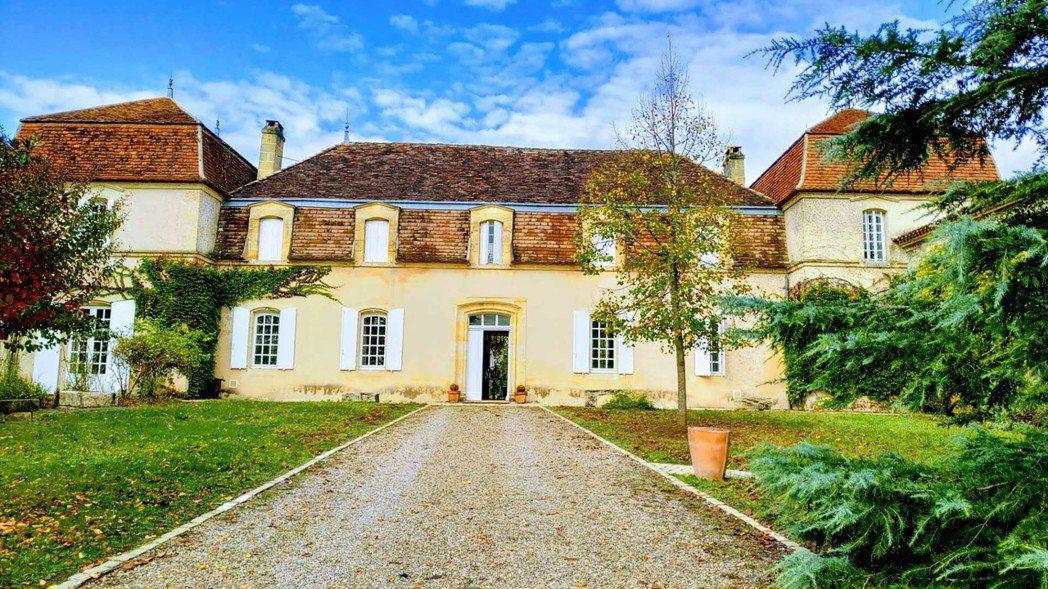 法國貝艾爾酒莊的主建築始建於17世紀,並在18世紀加蓋了左右兩翼。 金色大地/提...