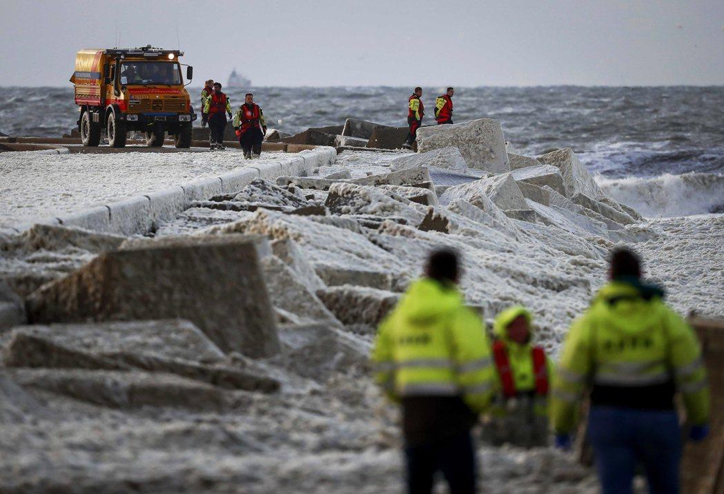 一群年齡落在22~38歲、共10名的衝浪愛好者,疑似因為風暴大浪的惡劣天氣,遭遇...
