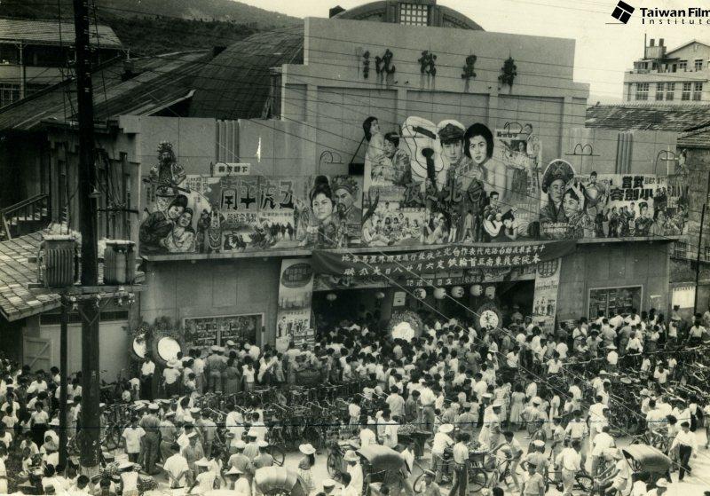 1962年7月《台北之夜》於高雄壽星戲院上映盛況,郭南宏編導,文夏主演。 圖/財團法人國家電影中心典藏