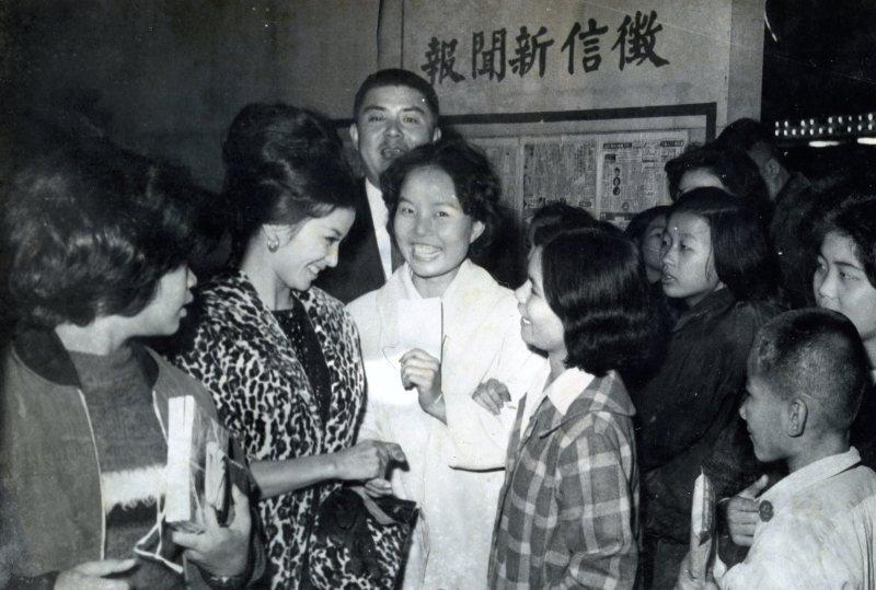 女學生爭相跟台語片女星金玫要簽名,《徵信新聞》為《中國時報》前身。 圖/財團法人國家電影中心典藏,鄧天星提供