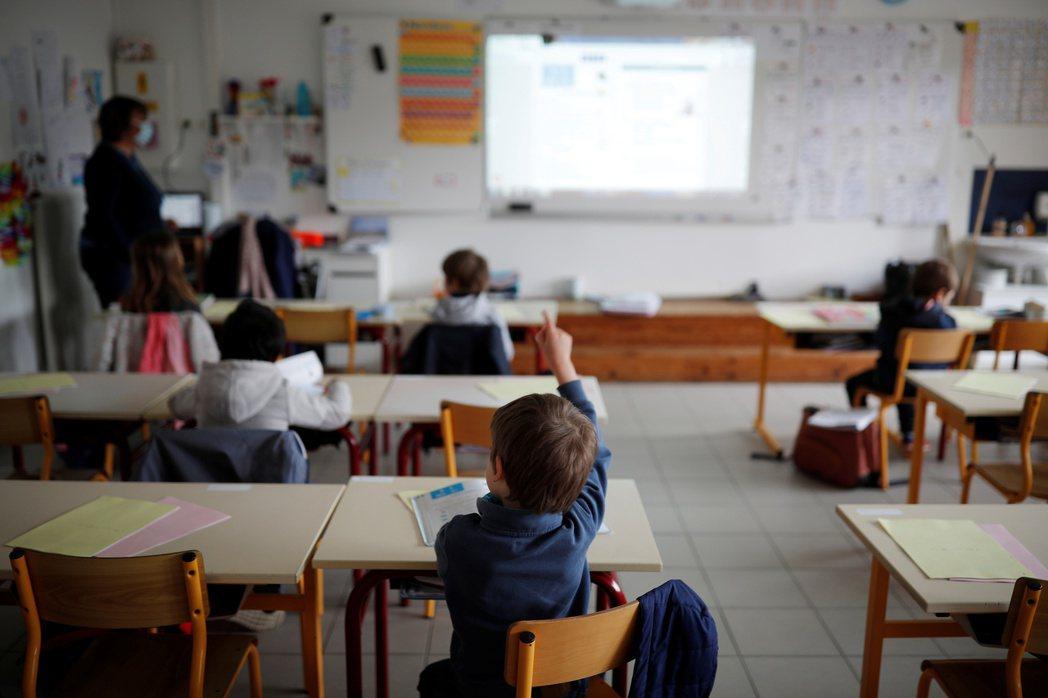 對於許多學生來說,學校是一個喘息與庇護的空間。 圖/路透社