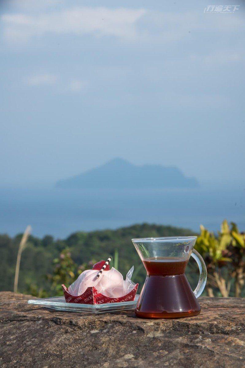 在里山咖啡裡,邊喝手沖咖啡、邊嚐手作甜點一賞絕色海景。