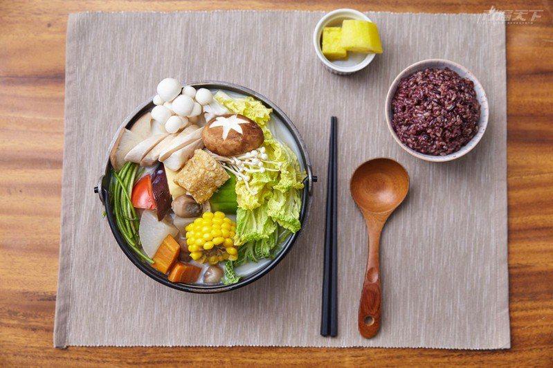 湯葉豆乳鍋╱300元 每天用新鮮草菇熬製高湯提味,希望讓人吃到蔬菜本身的清甜,另外會加入一整瓶有機豆漿,隨著火鍋溫度升高也會慢慢煮出薄薄豆花。