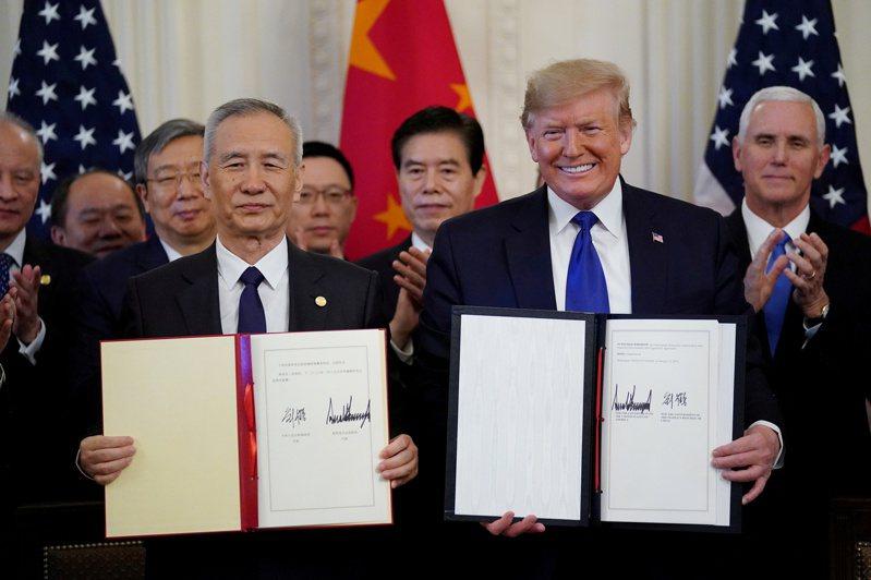 今年1月15日,美國總統川普(前右)與中國大陸國務院副總理劉鶴(前左)在白宮簽署美中第一階段貿易協議。路透