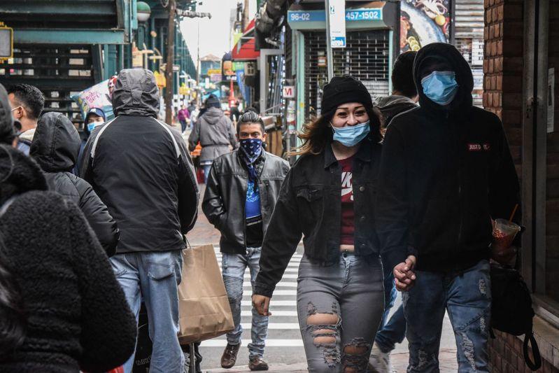 美國現在是全球新冠肺炎重災區,一些民眾遷怒最早出現大批病例的中國大陸,要求美國總統川普別再和大陸進行經貿往來。圖為5月11日紐約市皇后區,多數民眾戴著口罩上街。法新社