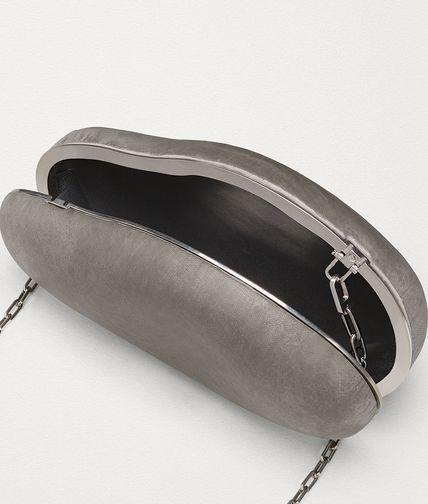 BV推出石頭材質手拿包。圖/摘自官網