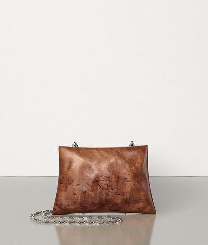 春夏系列也推出用了兩種木頭材質打造的手拿包。圖/摘自官網