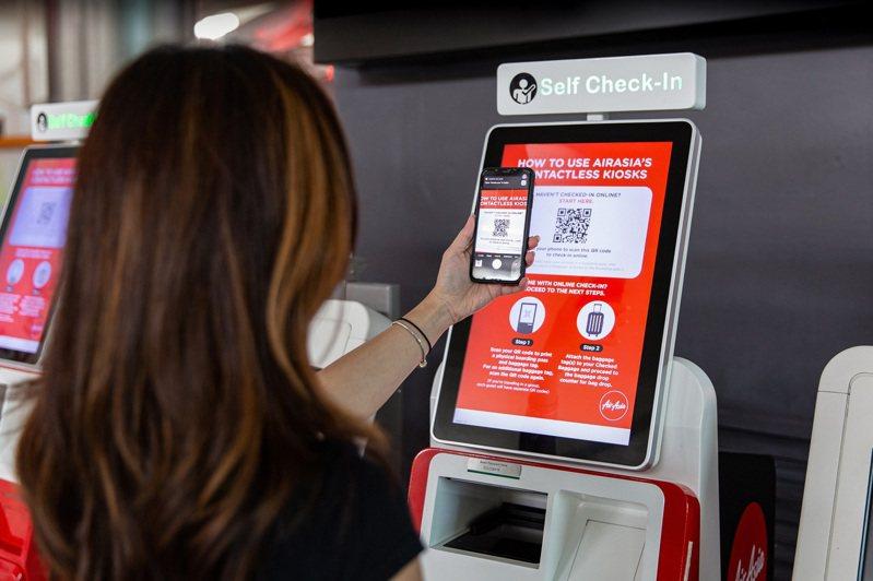 因應疫情,AirAsia推非接觸式自助報到機。圖/AirAsia提供