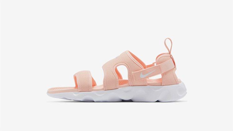 Nike Owaysis涼鞋,透過波浪鞋面和泡棉中底讓整個足部感受柔軟舒適的體驗...