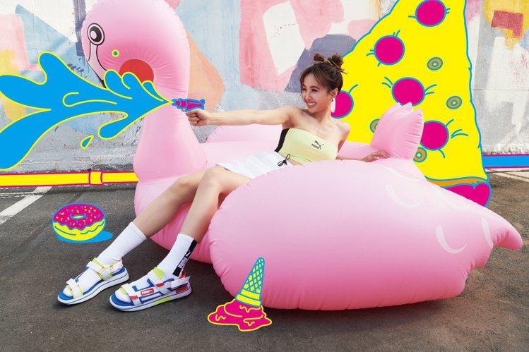 蔡依林以丸子頭造型搭配短裙,大秀美腿來演繹PUMA新款涼鞋。圖/PUMA提供