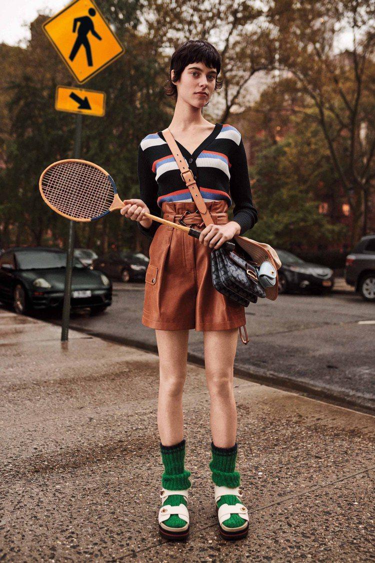 COACH發表2020早秋男女裝系列,毛襪配運動涼鞋是造型重點。圖/COACH提...