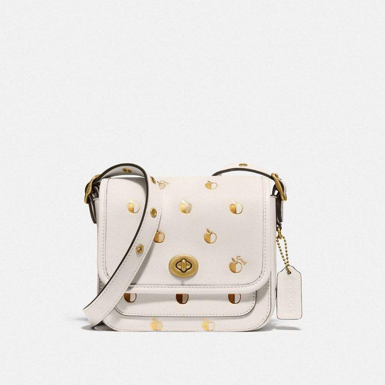 金色蘋果壓印Rambler側背包,16,800元。圖/COACH提供