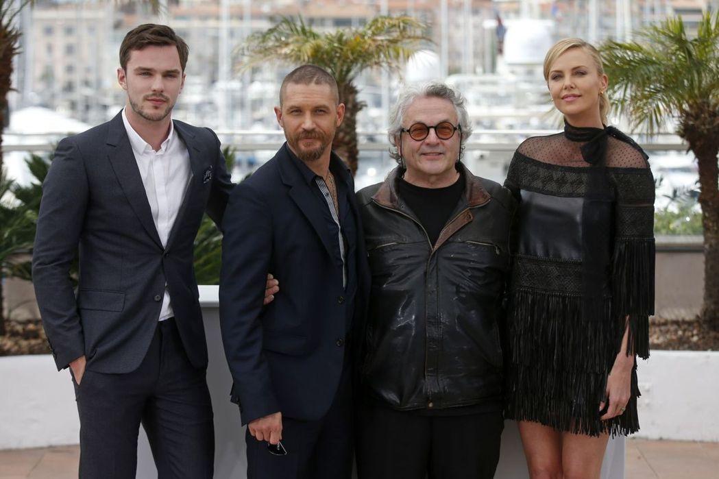 尼可拉斯霍特(左起)、湯姆哈迪、喬治米勒、莎莉賽隆一起出席坎城影展活動,彼此位置