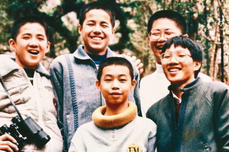 馮平(前排中)十三歲時於武陵農場所攝。(圖/馮平提供)