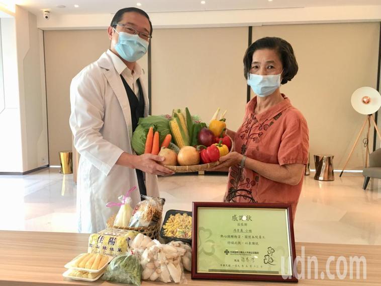 彰化市馮姓婦人(右)在秀傳醫院檢查出罹患罕見基因性疾病「淋巴血管平滑肌增生症」,...