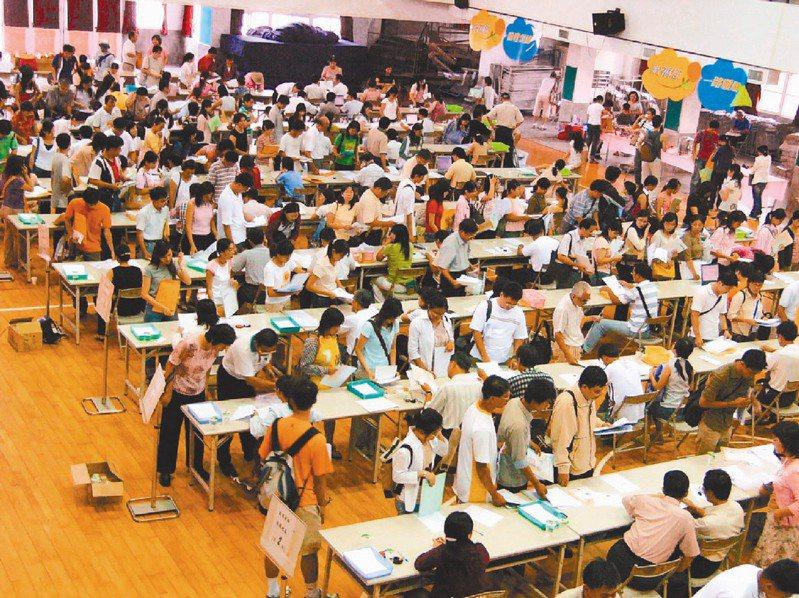 每年國中小學、高中職教師甄選時,都有許多準教師報名,有的還要奔波各縣市考試,但疑似內定的爭議仍難杜絕,圖為教師甄選示意圖,與新聞無關。圖/聯合報系資料照片