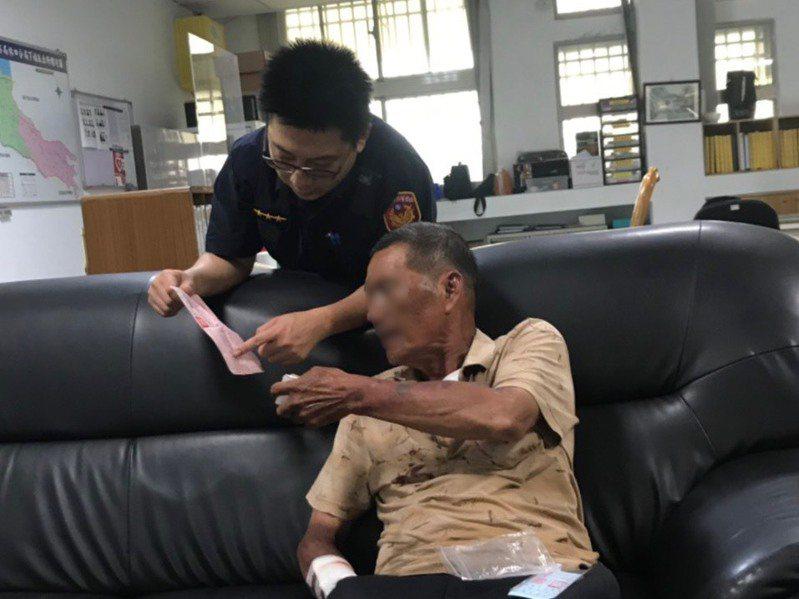 林口警分局下福派出所員警不斷向老伯伯確認身分資料,最後順利聯繫上女兒將他帶回。記者巫鴻瑋/翻攝