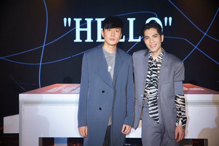 林俊傑(左)穿DIOR大衣和針織衫、佩戴DIOR and Daniel Arsh...