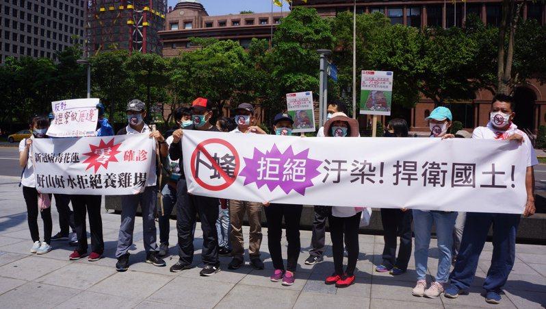 今天卜蜂集團在台北召開記者會,花蓮人自發性北上抗議,要求卜蜂未取得居民同意前,不得在花蓮設置養雞場。圖/花蓮民眾提供
