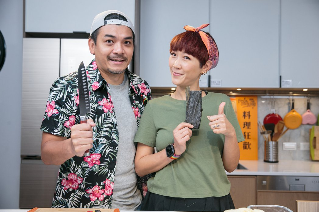 Gigi(右)和老公史丹利挑戰做防疫料理。記者曾原信/攝影