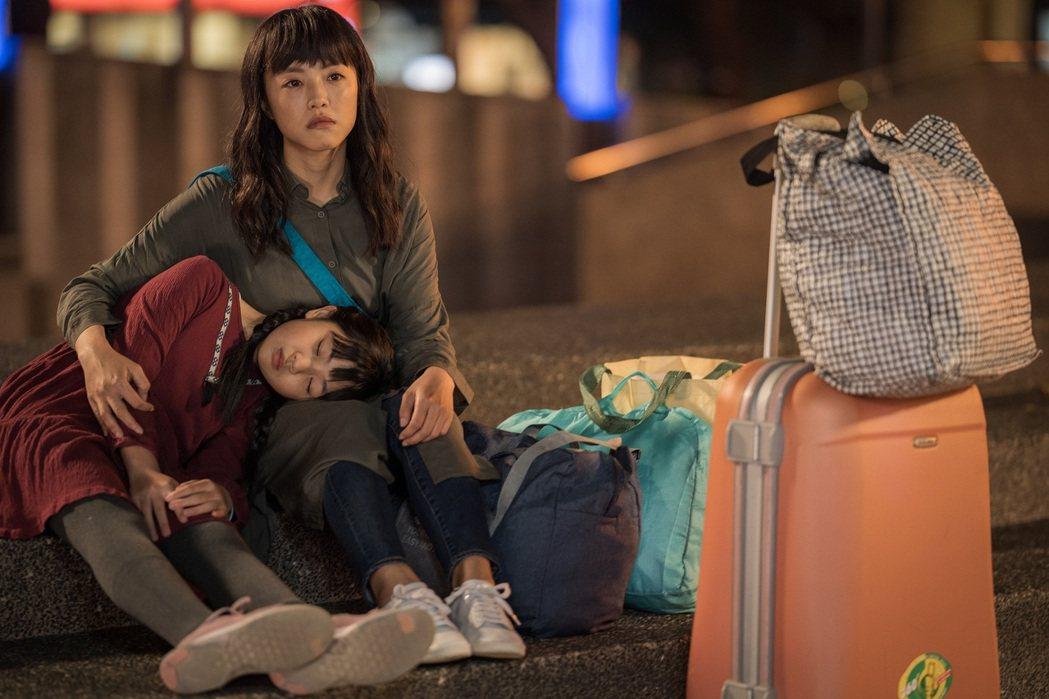 「小8」張允曦(右)和吳以涵「母女」在「姊妹們  追吧」戲中流落街頭。圖/東森提...