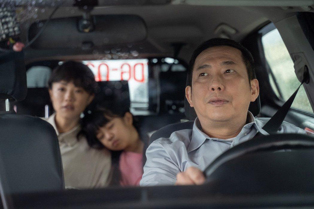 屈中恆(右)在「姊妹們 追吧」飾演計程車司機,察覺「小8」張允曦神色萬念俱灰。圖