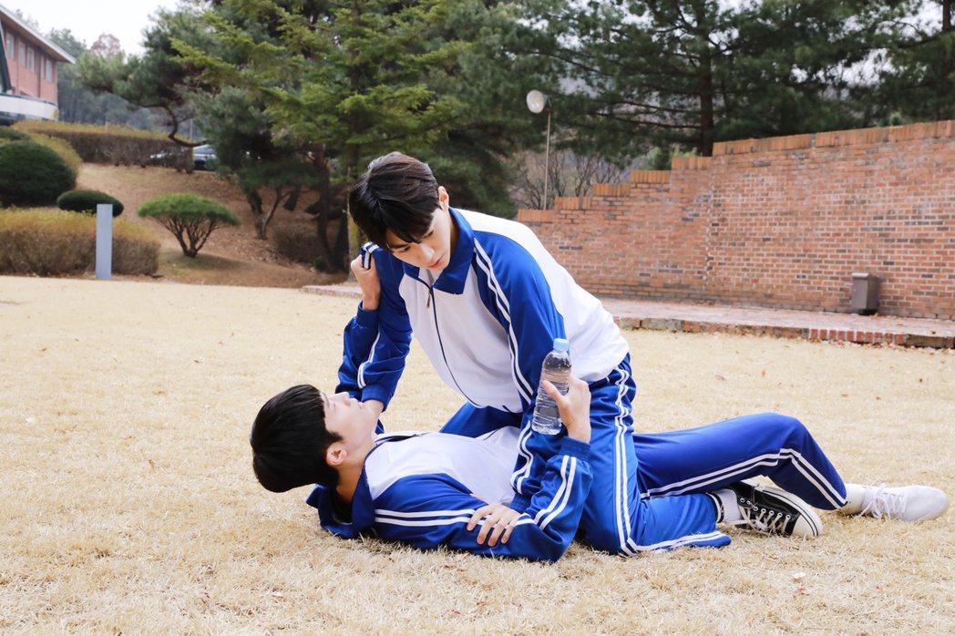 韓基燦(上)與張義秀穿起高中制服在新戲「在你視線停留的地方」大談主僕戀。圖/Li...