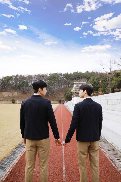 韓基燦(右)與張義秀穿起高中制服在新戲「在你視線停留的地方」大談主僕戀。圖/Li