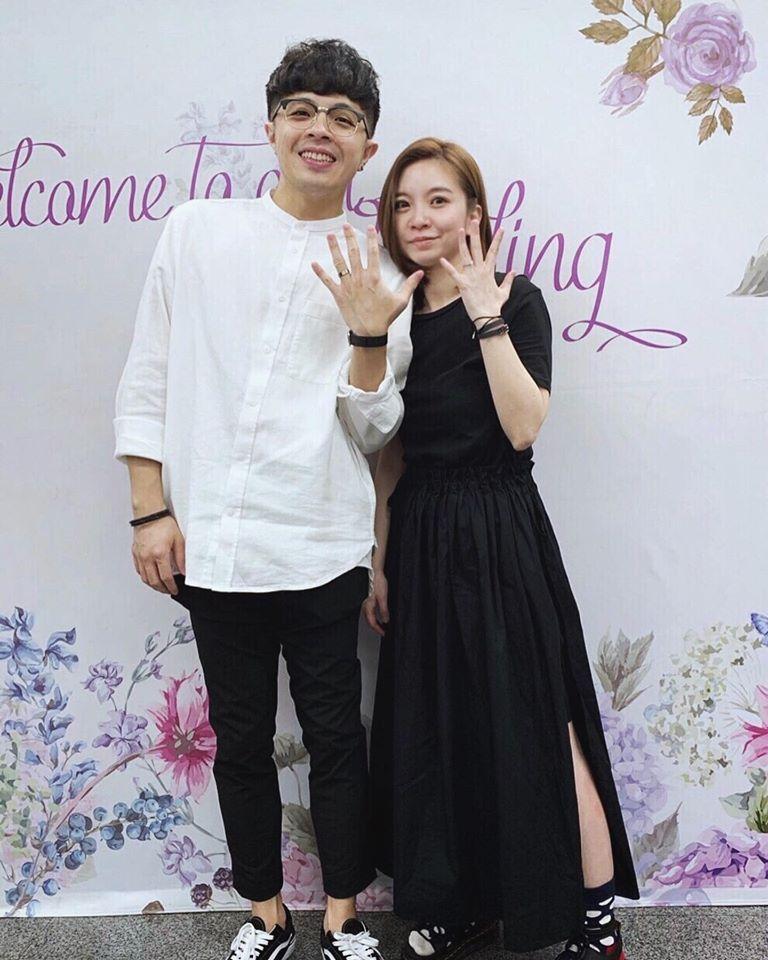 凱開(左)和經紀人女友娃娃登記結婚。圖/摘自臉書