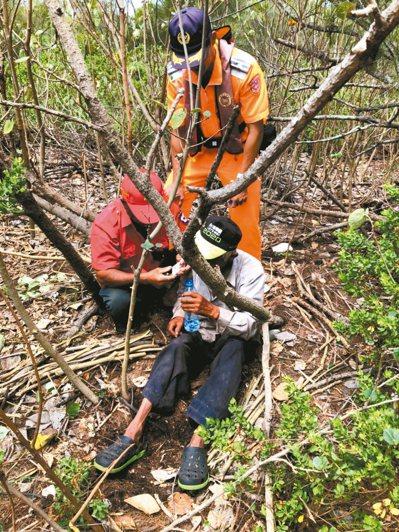 戴姓老翁被發現坐在樹林裡,身體虛弱,海巡人員趕緊送水給老人家止渴。 圖/岸巡隊提供