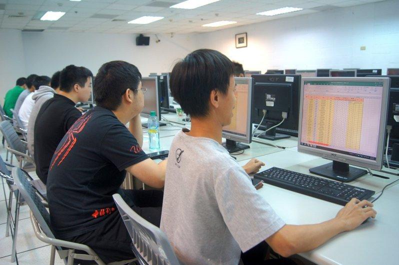 圖為大學生上電腦課示意照。本報系資料照片