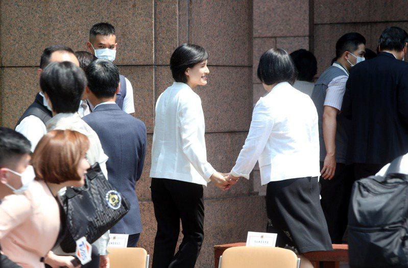 行政院長蘇貞昌14日率內閣總辭,各部會官員在最後一次行政院會後在廣場拍畢業照,在合照完文化部長鄭麗君(中)和同僚握手致意。記者邱德祥/攝影
