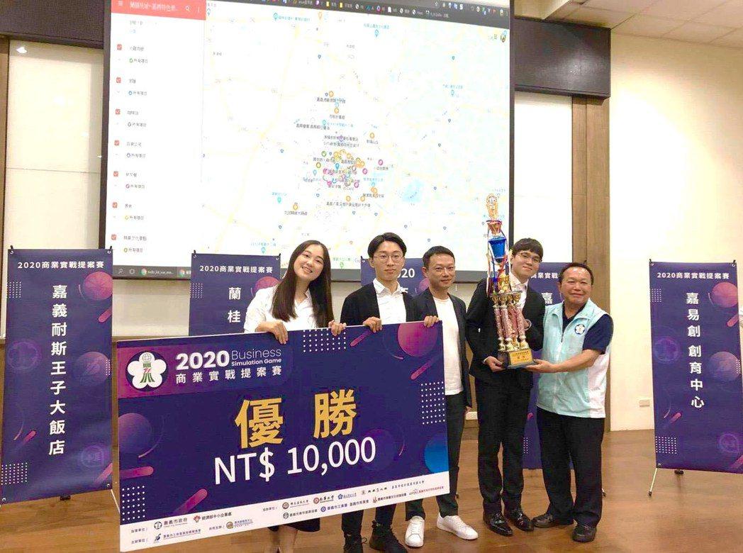 嘉義市建設處處長陳光興 (右一)頒獎給嘉大獲獎學生。 嘉大/提供