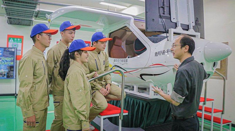 朝陽科大新設航空機械系,擁有全台校園唯一的「CTLS六軸全動式飛行模擬機」,可涵...