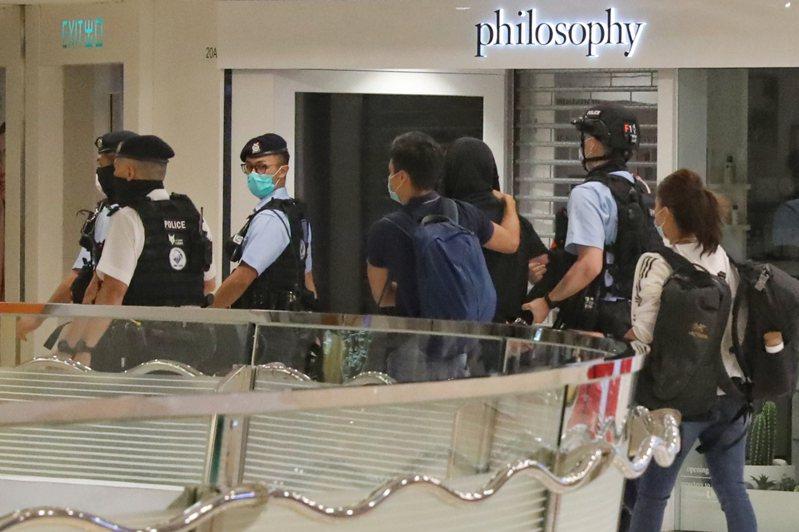 香港13日晚有示威者在香港多個大型商場聚集,一名激進示威者破壞新城市廣場喜茶店內設施被捕。(中通社)